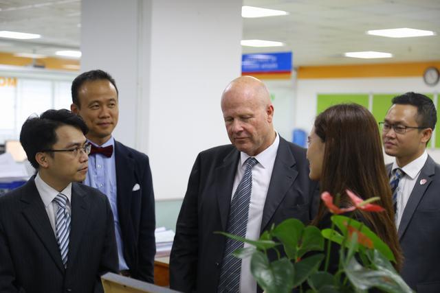Đại diện Đại học tham quan cơ sở vật chất của UEF 4